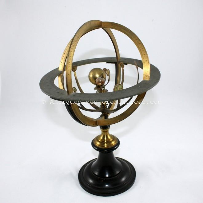 planetario antiguo con mecanismo a mano