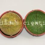 Globo terráqueo de bolsillo con esfera celeste firmado Nicolas  London c.1810